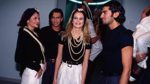 Helena Christensen (links) und Claudia Schiffer bei einer Fashionshow des Modehauses Chanel, Deutschland 1991