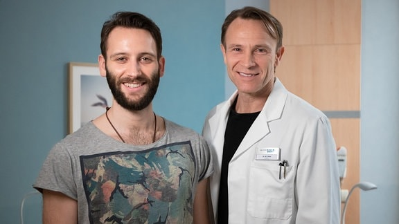 Tim Bettermann und Bernhard Bettermann lachen  am Set