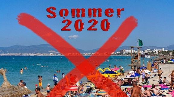 Sommer 2020 steht auf einem durchgestrichenen Bild von einem vollen Strand auf Mallorca