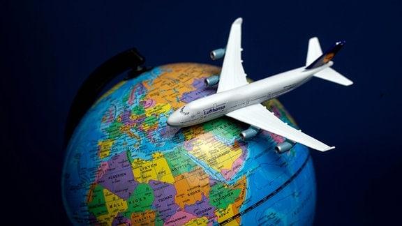 Lufthansa Maschine fliegt symbolisch um den Globus