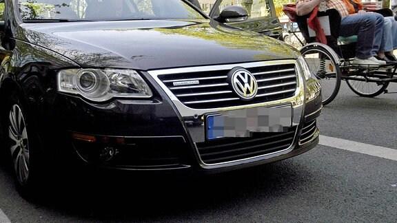 VW Passat am Straßenrand