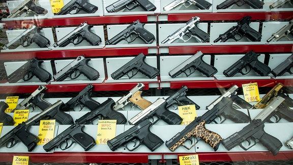 Auslage eines Waffengeschäfts mit frei verkäuflichen Waffen