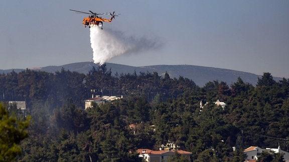 Helikopter bei Löscharbeiten nahe Athen