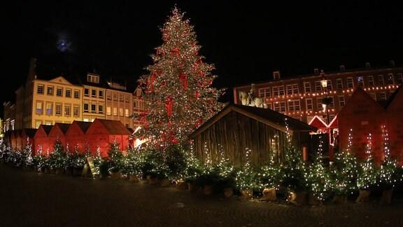 Weihnachtsmarkt auf dem Marktplatz am Rathaus in der Düsseldorfer Altstadt