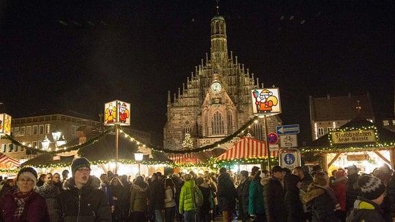 Christkindlesmarkt auf dem Hauptmarkt mit der Frauenkirche