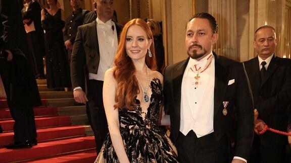 Barbara Meier und Klemens Hallmann posieren für ein Foto.
