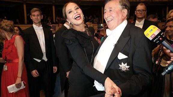 Ornella Muti und Richard Lugner posieren für ein Foto.