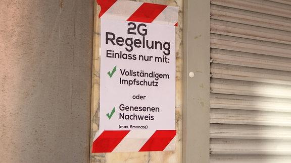 Am Eingang eines Clubs auf St. Pauli wird darauf hingewiesen, dass nur Geimpfte und Genesene Zutritt zu der Lokalität erhalten.