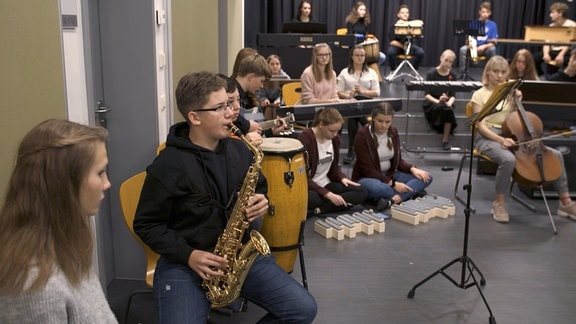 Eine Klasse des Gymnasiums Bischofswerda probt im Klassenraum für ein Konzert mit dem MDR-Sinfonieorchester.