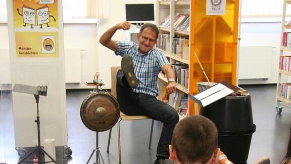 """Ekkehard Vogler bei der musikalischen Lesung von """"Das Nian-Monster""""."""