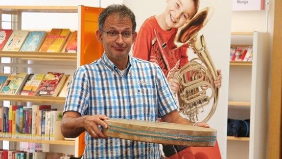 """Ekkehard Vogler mit einer Ocean Drum bei der musikalischen Lesung von """"Das Nian-Monster""""."""