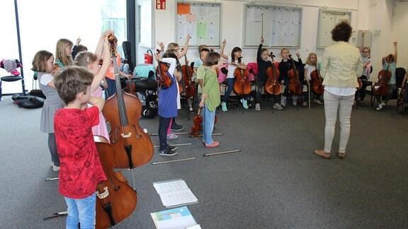 """Kinder der Freien Grundschule """"Clara Schumann"""" mit ihren Instrumenten zu Besuch bei MDR KLASSIK."""