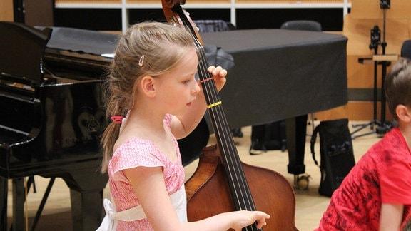 """Ein Mädchen der Streicherklasse der Freien Grundschule """"Clara Schumann"""" in Leipzig spielen auf ihrem Cello bei MDR KLASSIK."""