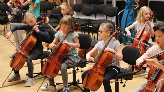 """Kinder der Streicherklasse der Freien Grundschule """"Clara Schumann"""" in Leipzig spielen auf ihren Instrumenten bei MDR KLASSIK."""