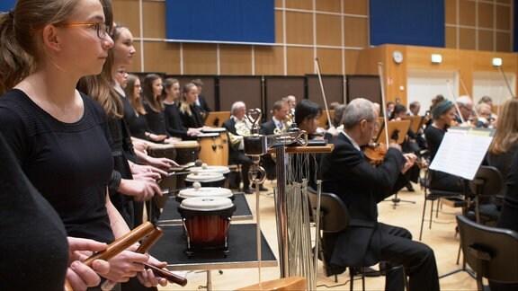 Eine Klasse des Julius-Motteler-Gymnasiums Crimmitschau spielt mit dem MDR-Sinfonieorchester im MDR-Konzert.