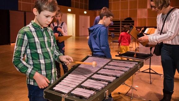 """Ein Junge probiert das Glockenspiel beim MDR-Familienkonzert """"Ludwig Fun"""" im MDR-Studio am Leipziger Augustusplatz aus"""