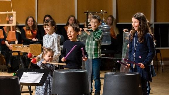 """Kinder trommeln begeistert beim MDR-Familienkonzert """"Ludwig Fun"""" im MDR-Studio am Leipziger Augustusplatz"""