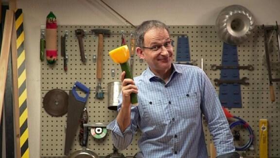 Ekkehard Vogler, Musikvermittler bei MDR KLASSIK, mit einer Gemüsetrompete.