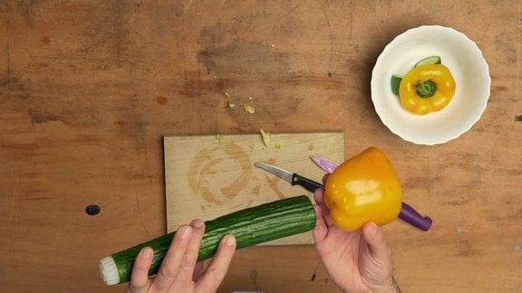 Materialien für eine Gemüsetrompete: Gurke, Paprika und ein Sektkorken aus Plastik.