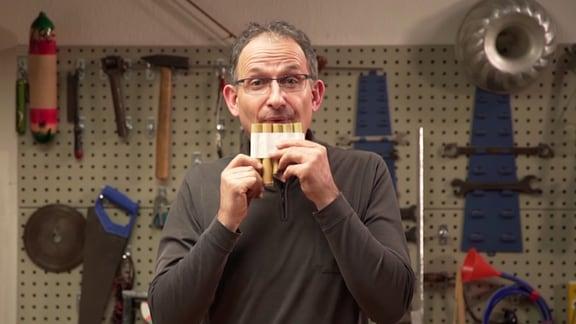 MDR-Musikvermittler Ekkehard Vogler spielt auf einer selbst gebastelten Panflöte.