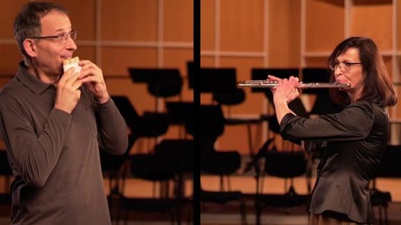 MDR-Musikvermittler Ekkehard Vogler spielt auf einer selbst gebastelten Panflöte, neben ihm spielt Ute Günther aus dem MDR-Sinfonieorchester Querflöte.