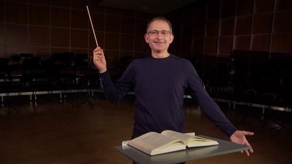 MDR-Musikvermittler Ekkehard Vogler mit einem selbstgebastelten Taktstock.