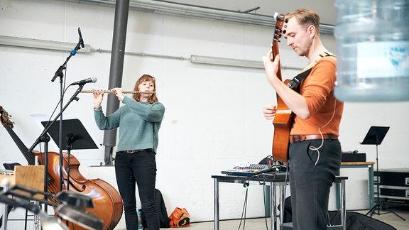 """Die Flötistin Karen Brubaker und der Gitarrist Richard Holzmann beim Konzert """"Minimalody"""" von MDR-Clara."""