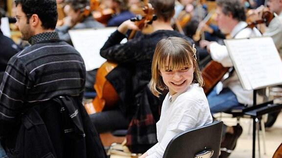 Kinder hospitieren bei den Proben von Musikern des MDR SINFONIEORCHESTERS und MDR RUNDFUNKCHORES.
