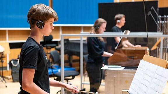 """Mitglieder des Percussionensembles Markkleeberg bei der Aufnahme von """"Rote, verlassene Erde"""" von Aristides Strongylis."""