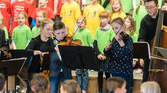 Mitmachkonzert in Radeburg - Ludwig van Beethoven: Mit Ekkehard Vogler, Musikern des MDR-Sinfonieorchesters und Schülerinnen und Schülern der Grundschule in Radeburg.