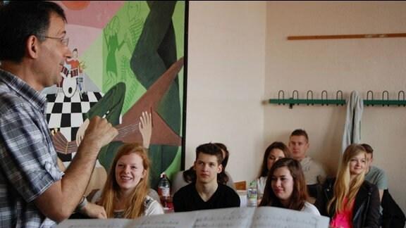 MDR-Musikvermittler Ekkehard Vogler mit Schülern des Nikolai-Gymnasiums Leipzig
