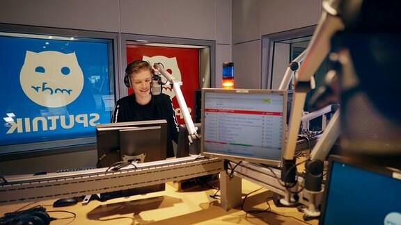 MDR-Moderator Chris Löwe im Radio-Studio