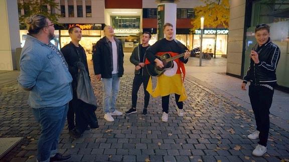 Chris Löwe singt mit Passanten in der Leipziger Innenstadt