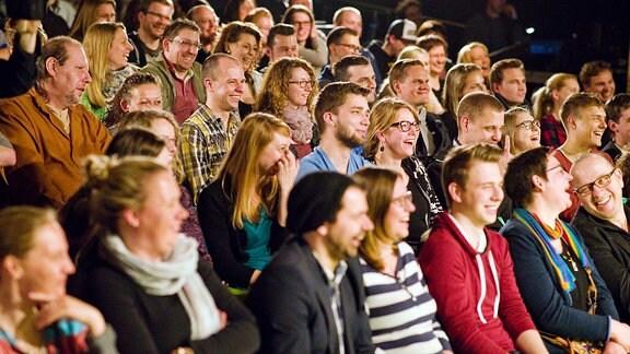 Das Publikum lacht