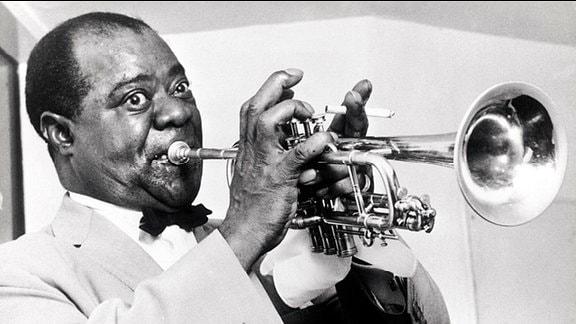 Louis Armstrong mit Trompete und Zigarette