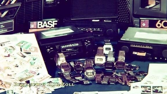 beschlagnahmte kleinelektronische Geräte wie Armbanduhren und Videokassetten