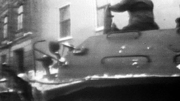 Ein Schützenpanzer in Rostock im Winter 1968