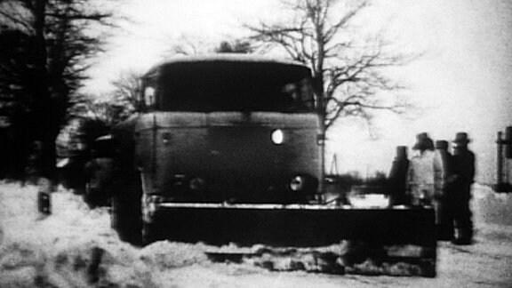 Ein Räumfahrzeug im Winter 1968