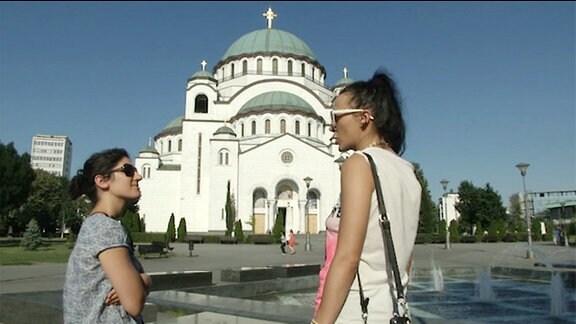 Zwei Frauen vor einer Kirche in Belgrad.