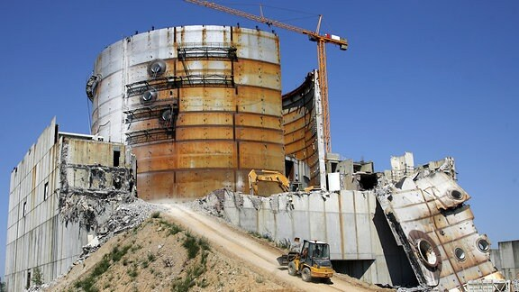 """Die Ruine des Kernkraftwerkes in Arneburg (Landkreis Stendal), aufgenommen am 31.07.2008. Der Abriss der beiden zuletzt gebauten Kernreaktoren der DDR geht weiterhin voran. Die unvollendeten bis zu 78 Meter hohen Meiler werden durch eine Spezialfirma abgetragen. Nach DDR-Plänen sollte im Jahr 1996 hier der erste von vier 1.000-Megawatt-Blöcken ans Netz gehen. Das Kraftwerk unweit der Elbe sollte ab 2005 ein Viertel des Strombedarfs Ostdeutschlands decken. Zeitweise waren auf der """"Großbaustelle des Sozialismus"""" bis zu 13.000 Menschen tätig"""