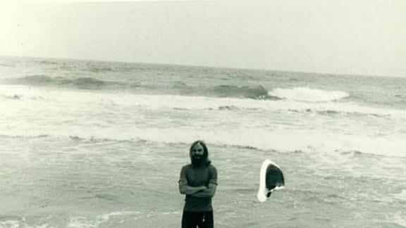 Mit den Füßen im Meer.