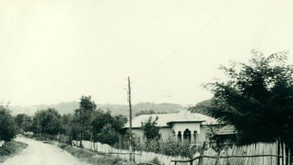 Ein Haus an der Straße.