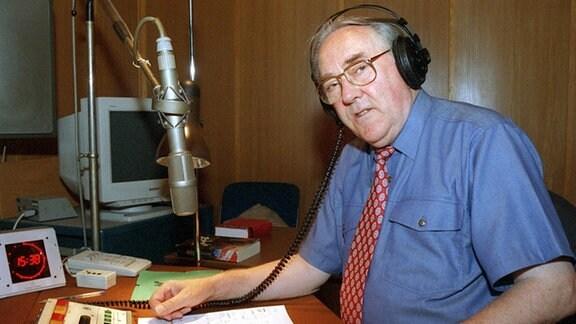 """Im Studio des SFB in Berlin """"auf Draht"""" ist am Freitag (13.08.1999) der 69-jährige Moderator und Publizist Karlheinz Drechsel und moderiert wie jeden Freitag bei Radio Kultur die """"Memories in Jazz""""."""