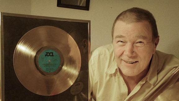 Peter Schimmelpfennig mit Goldenen Schallplatten von City und Karat.