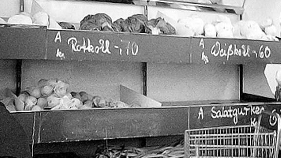 Schwarz-Weiß-Aufnahme von älterer Dame in einem Obst- und Gemüsegeschäft in Berlin 1986