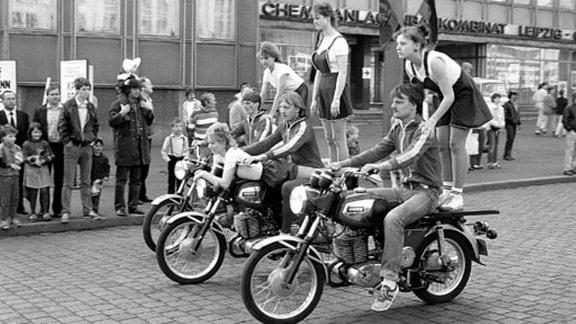 Akrobatikgruppe mit Motorrädern in Leipzig 1986