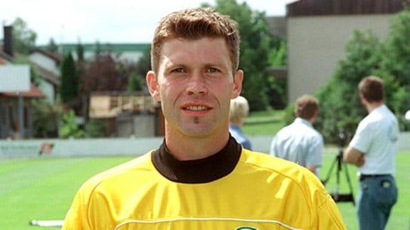 Ronny Teuber (geb. am 1.9.1965), Torhüter, Rückennummer 21 aufgenommen am 04.07.2001 beim Fototermin des Fußball-Zweitligisten in Vestenbergsgreuth.