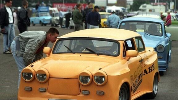 """Ein Neubrandenburger Trabant mit ungewöhnlicher Front-Ansicht findet am 29.06.1996 Interessenten auf dem Volksfest """"Trabi total"""" in Rostock."""