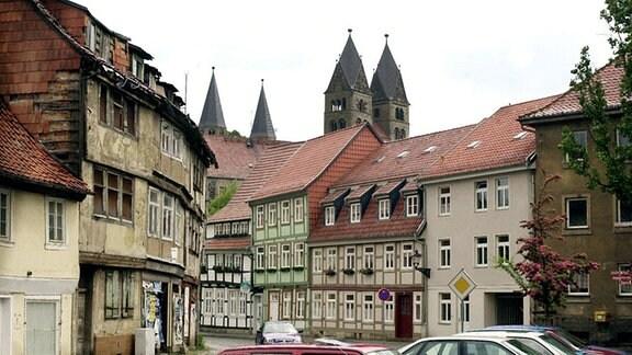 Verfallene und bereits rekonstruierte Fachwerkhäuser stehen am 31.05.2001 in der 1200-jährigen Domstadt Halberstadt.