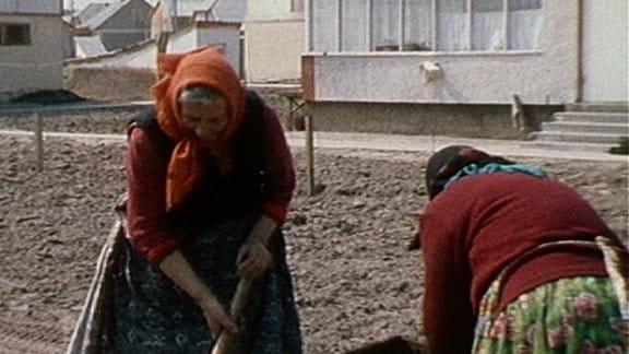 Frauen vor ihren neu gebauten Häusern in der UdSSR